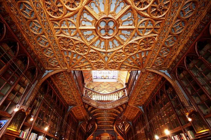livaria lello porto book store portugal